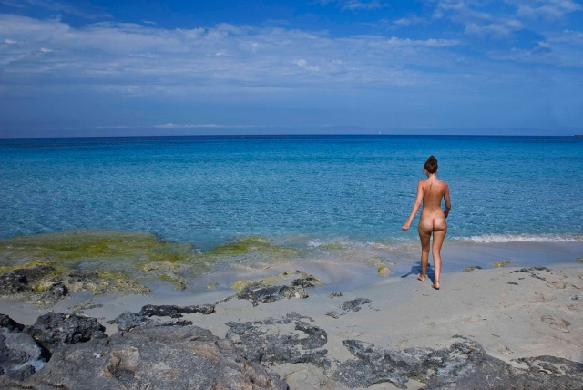 Una donna al mare