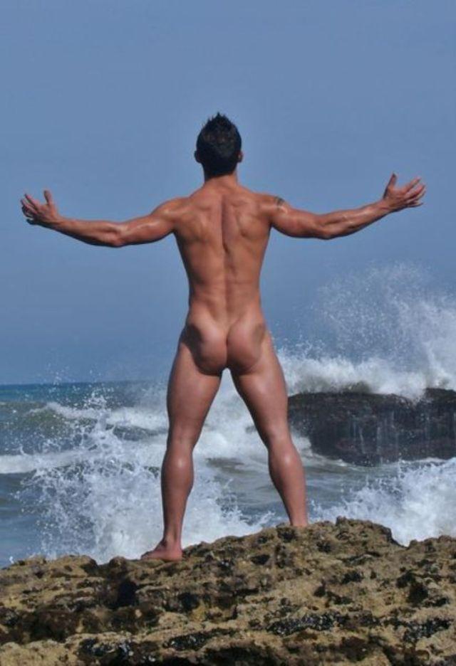 Nudo di fronte alle onde