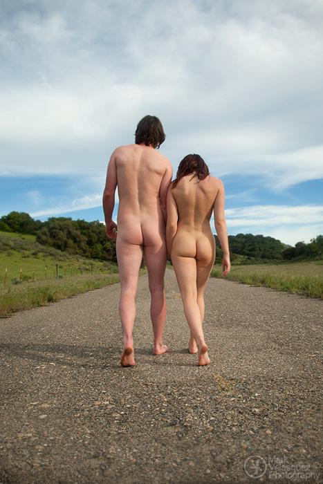 Passeggiando nudi
