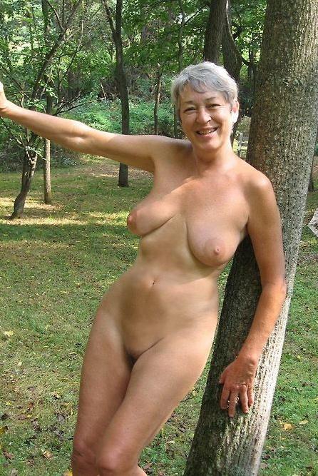 Donna fra gli alberi