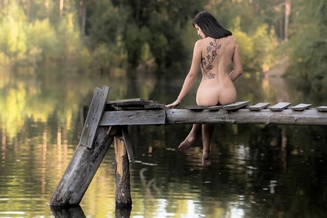 Donna sul fiume