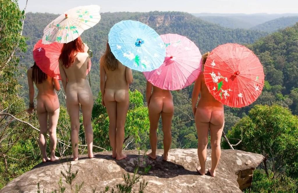 Donne e parasole