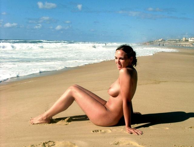 Nuda sulla spiaggia