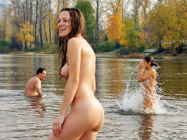 Bagno nudi nel parco