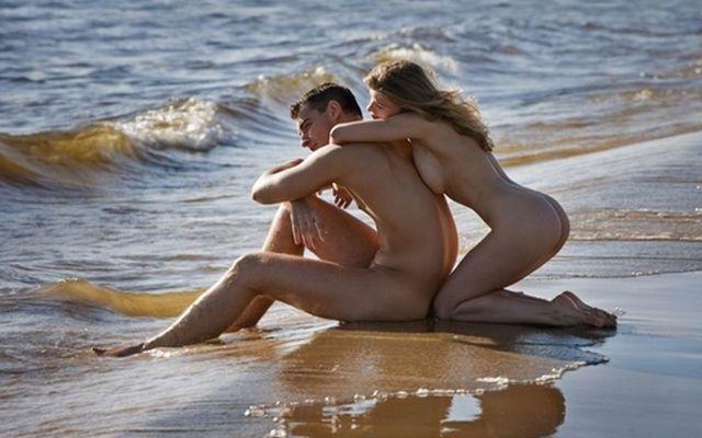 Coppia nudista in riva al mare