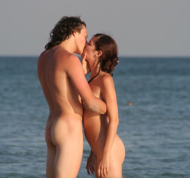 Bacio fra nudisti