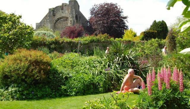 Nudo in giardino