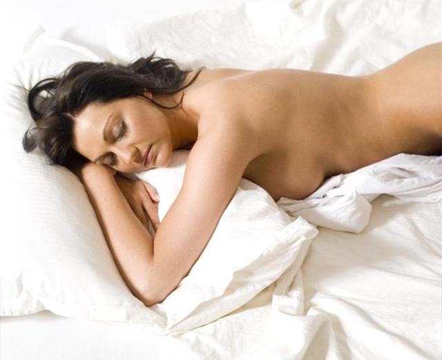 Dormire nudi è meglio