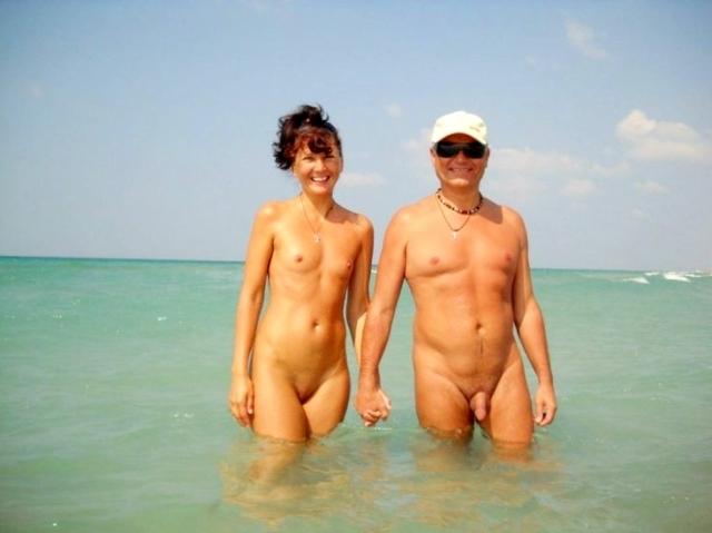 Coppia nudista al mare