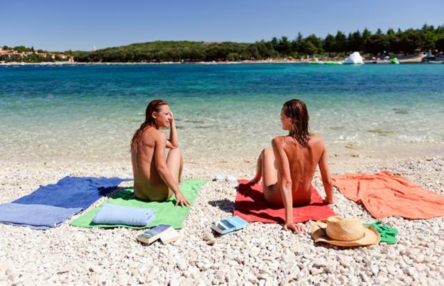 Ragazze nudiste in spiaggia