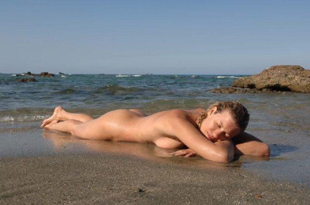 Rilassandosi nudi sulla spiaggia